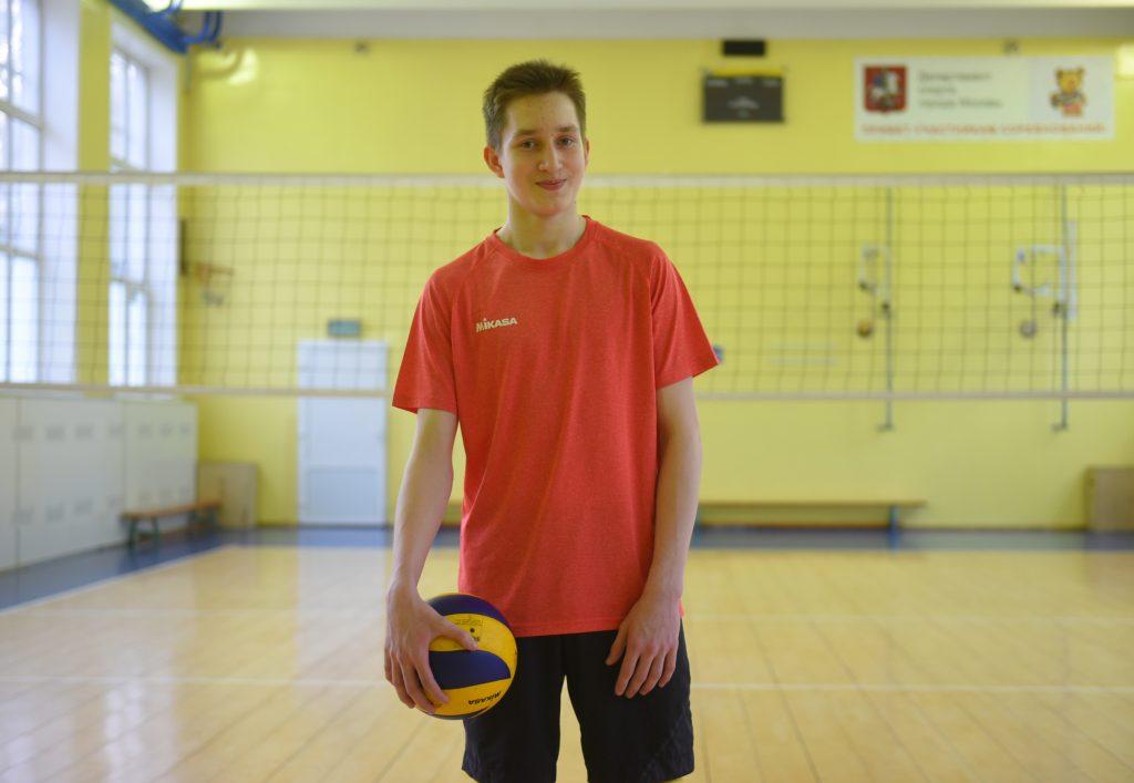 Четырнадцатилетний Андрей Павлин занимается волейболом уже почти четыре года. Он тренируется по утрам и вечерам, а также играет на площадке в свободное время