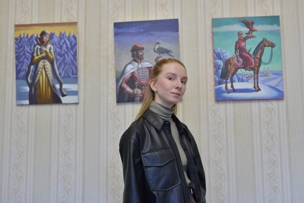 Посетительница выставки «Русское царство» Дарья Лазерова, как и другие гости, смогла не только полюбоваться исконно русскими изображениями витязей, их битв и подвигов, князей и княгинь, но и увидеть необычный концерт