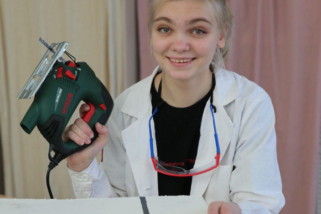 Ученица школы № 2070 Полина Баскакова очень боялась электрического лобзика. Но потом поняла, что он значительно может сэкономить время на конкурсе, и быстро его освоила