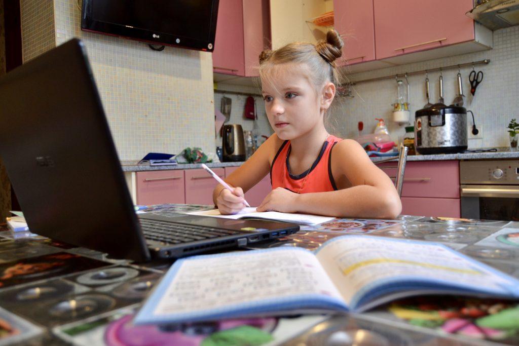Ученица школы № 937 имени Героя Российской Федерации А. В. Перова Камила Щеглова занимается математикой с репетитором. Это помогает ей успешно справляться с любыми проверочными и контрольными работами