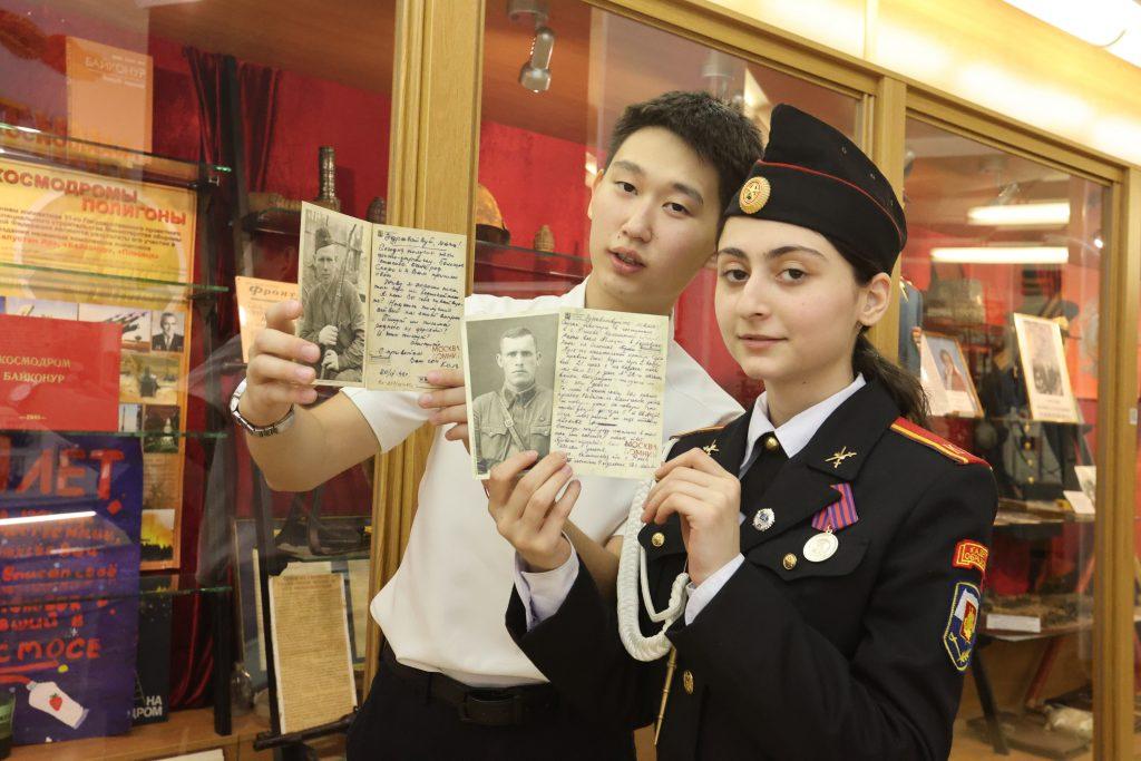10-классник Кирсан Харкчинов и кадет Милена Саргисян знают о подвигах участников 70-й Верхнеднепровской ордена Суворова II степени стрелковой дивизии