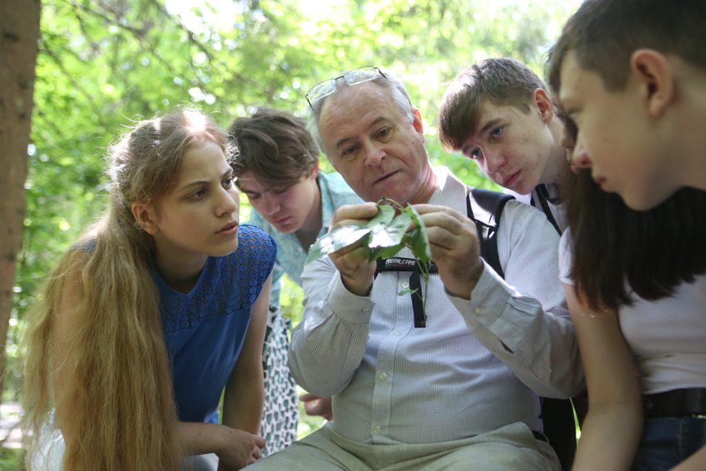 Педагог Василий Пахомов водит своих учеников в небольшие экспедиции: они вместе исследуют уникальный природный уголок в верховьях реки Зименки