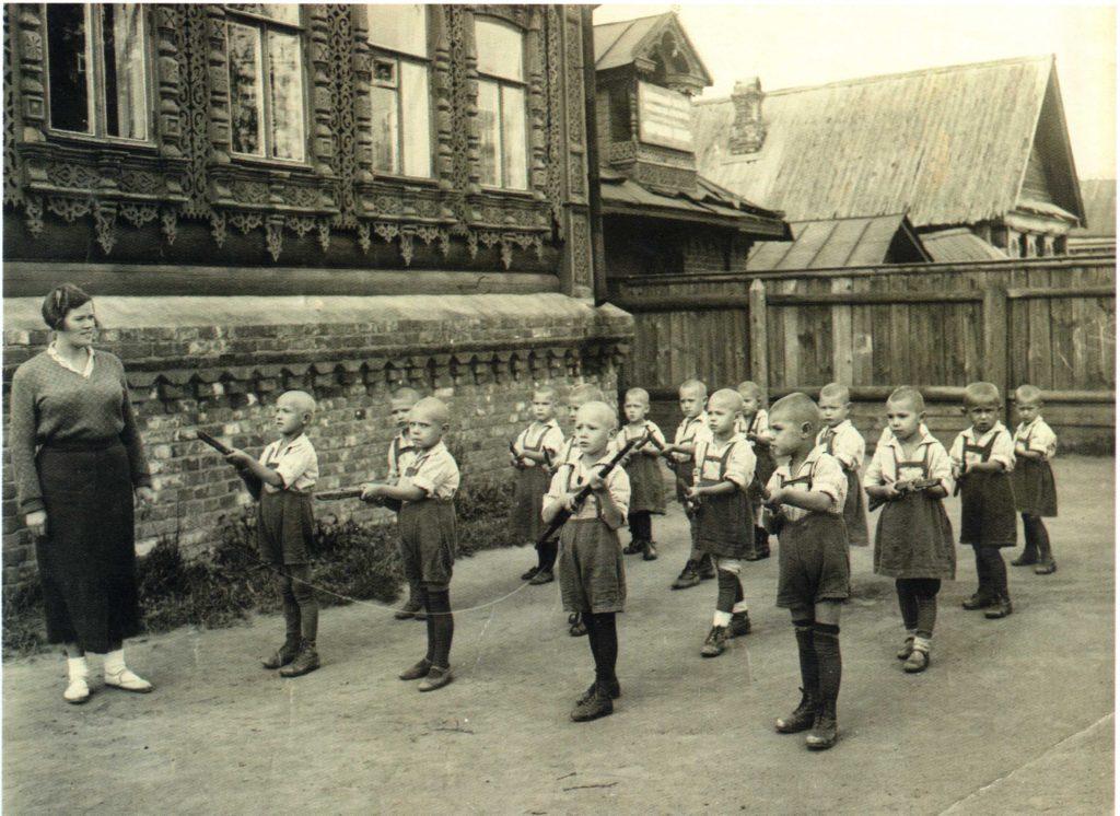 Военные игры в детском саду села Коломенское, проводившиеся там регулярно в течение 1930-х годов