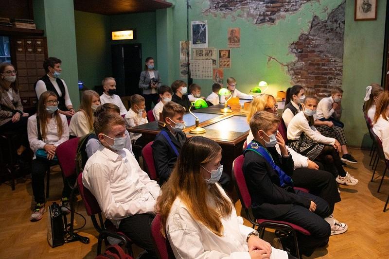 Московские школьники и блокадники стали первыми посетителями иммерсивной экскурсии «Подвиг Народа. Непокоренный Ленинград»