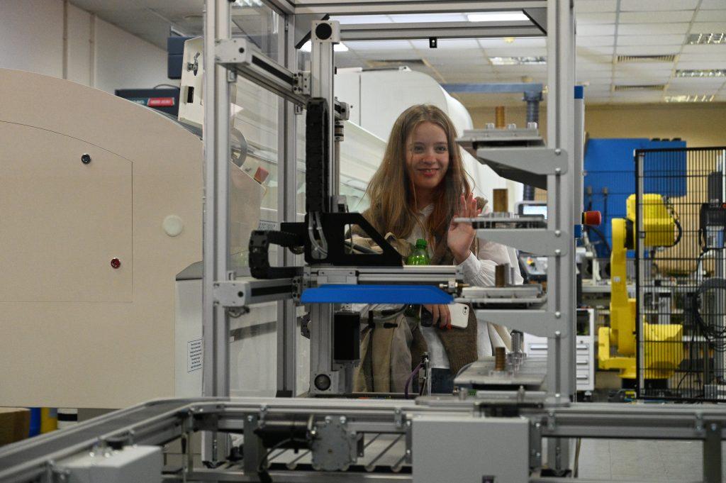 Московская школьница Анастасия Воронина с большим интересом изучала роботизированные станки, установленные в лабораториях и научных центрах «СТАНКИН»