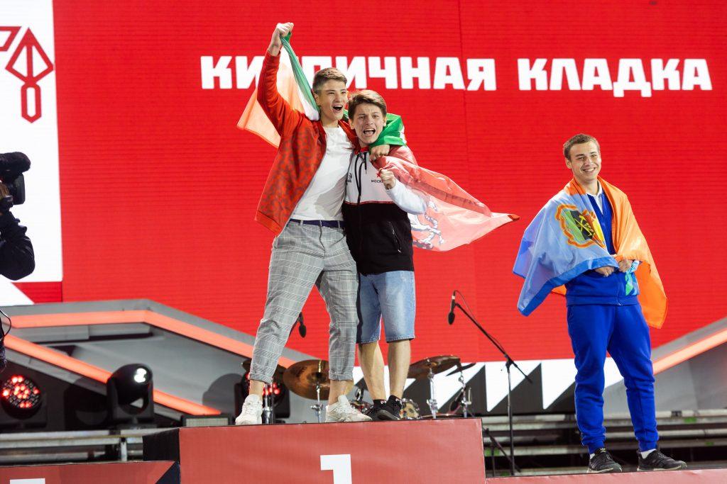 В компетенции «Кирпичная кладка» (юниоры) первое место заняли москвич Руслан Титов (в центре) и Алмаз Ахметзянов (Татарстан). Третье — Савелий Андреев, Кемеровская область (справа)