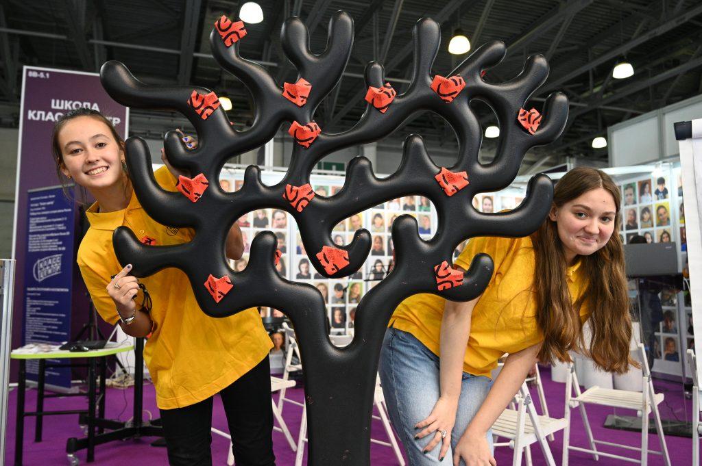 На Московском международном салоне образования ученики столичных школ работали в качестве волонтеров. Юлианна Красуцкая (слева) и Екатерина Белоева были одними из них