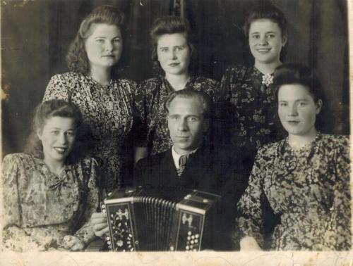 Фото из музея школы №1206. В центре с гармонью в руках — Михаил Гришин. Во время войны гармонь спасла ему жизнь. Сейчас она хранится в музее